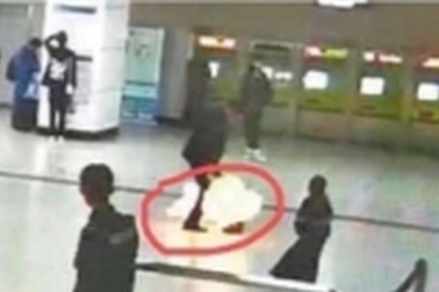武汉一男子携带氢气球进地铁站被拒后 竟将氢气球点燃
