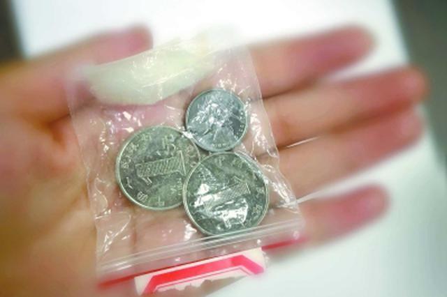 """为""""保孩子平安""""机舱口丢硬币3枚 糊涂爸爸被拘10天"""