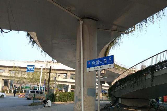 武汉新荣过街人行天桥装了下水管 引桥漏水问题解决了