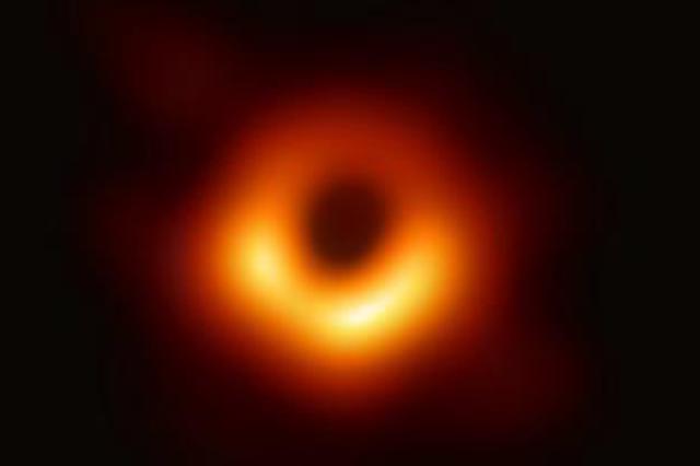 人类首张黑洞照片面世 超大黑洞距地球5500万光年