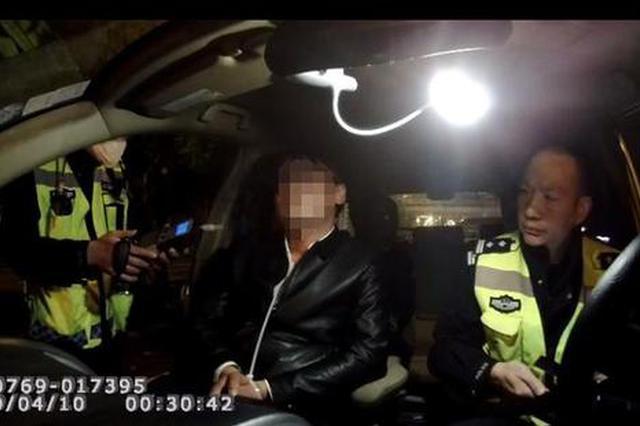 酒驾司机耍聪明当着交警面灌白酒 不料监控全程拍下