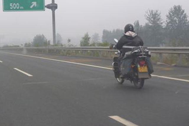 湖北大悟一男子为抄近路竟骑摩托强行冲上高速公路