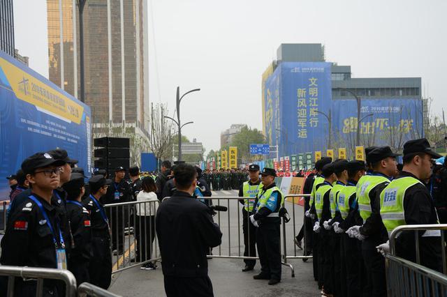 武汉马拉松工作人员雨中坚守 为比赛保驾护航