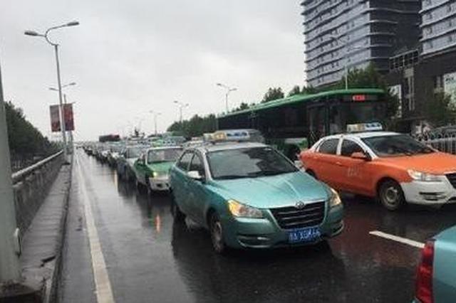 武汉出租车将张贴二维码 乘客扫码可评价的士服务