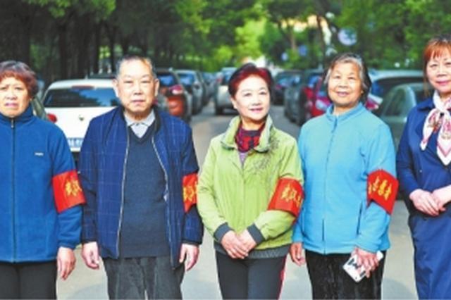 300余老人义务疏导车流护学十年 最年长志愿者85岁