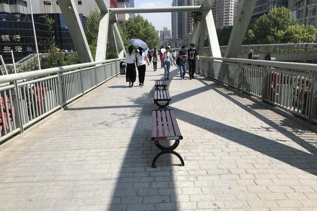 武昌这3座人行天桥上有座椅 你坐在桥上看过风景吗