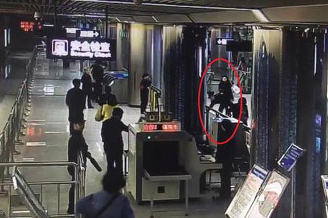武汉一女子带刀具进地铁站被拒脚踹辅警 被行拘10日