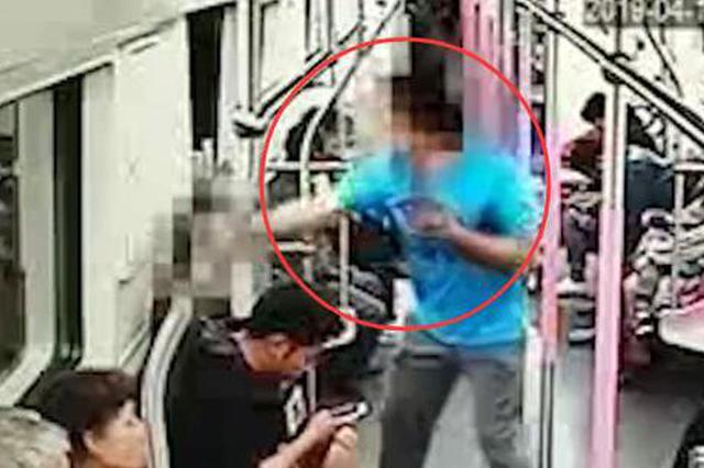 武汉已婚男子地铁内搭讪女孩被拒 挥拳暴击对方(图)