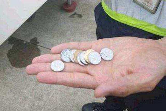 南航一乘客向舱门扔硬币祈福被拘 近3个月已发生5起