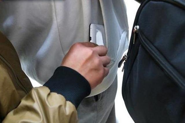 女子在孝感逛商场时手机被偷 结果在武汉找回