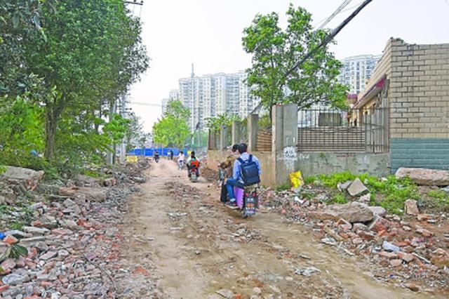 420米路修三年未修通 居民只能绕行泥泞小路坐地铁