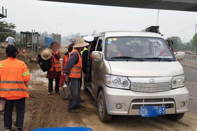 武汉一核载9人面包车挤进15人 司机罚款又扣分
