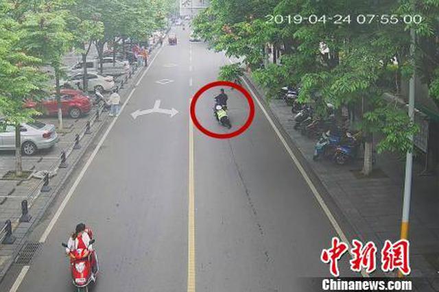 一男子骑车遇检查强行冲岗 交警被拖行10余米