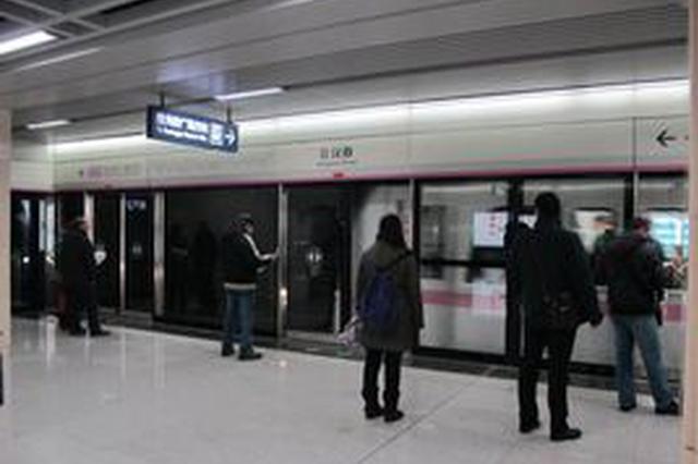 这3名高中生真棒 地铁站围堵指认偷手机男子