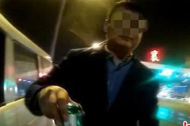 湖北一男子边开车边喝酒 遇查主动递上半罐啤酒(图)