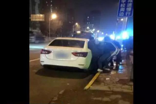 男子在武汉街头 被多人强行塞入车中带走