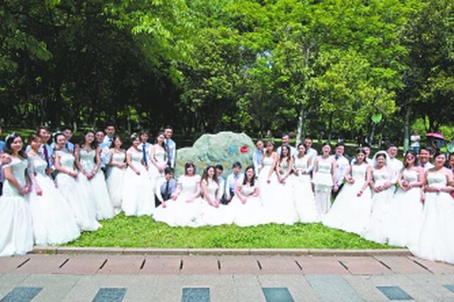 """""""五一低碳婚典""""20对新人齐集汉口江滩"""