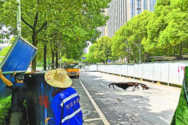光谷软件园中路出现路面坑洞 疑似地下管网老化引发