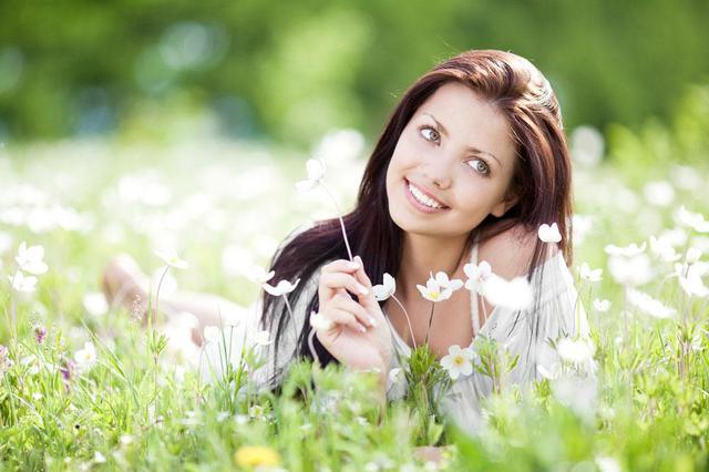 女孩花丛中自拍差点窒息 过敏性鼻炎受刺激犯哮喘