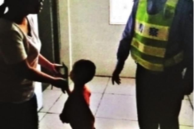 10岁邻居小孩把3岁半宝宝弄丢 民警寻回送上门