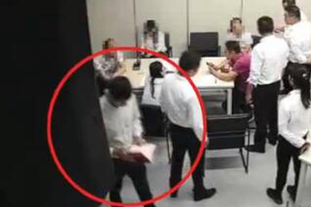武汉房产中介冲进同行门店抢业主房产证 警方介入调查
