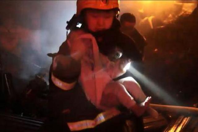 湖北潜江一店面失火 消防员两进火场救出老人小孩
