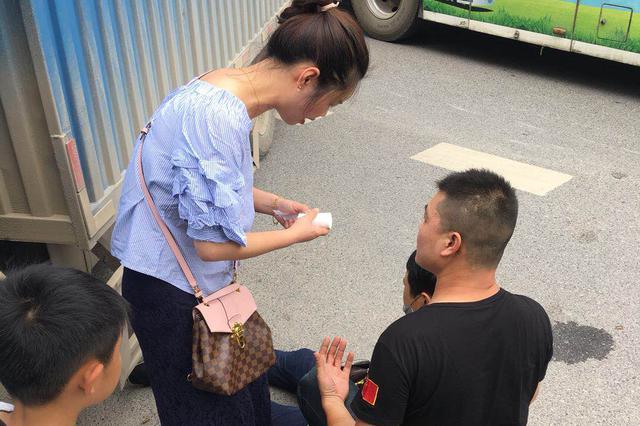 外卖小哥被货车撞伤 武汉美女护士紧急救人获点赞