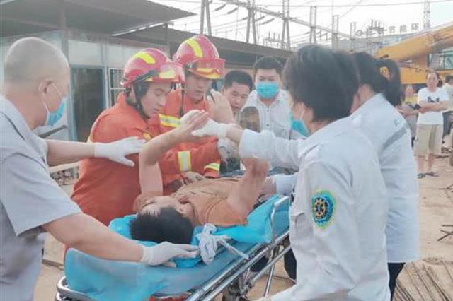 武汉一在建工地土石方坍塌致1人被埋 消防员成功施救
