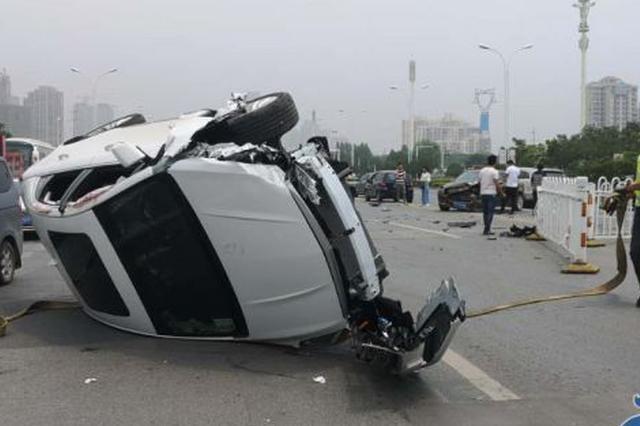 """湖北女司机被老公""""指挥""""懵圈 直接将一豪车撞翻"""