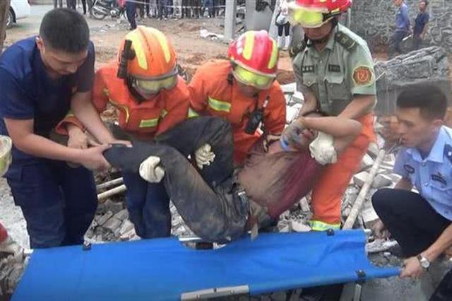 湖北建始一工地围墙垮塌 一名被困人员获救