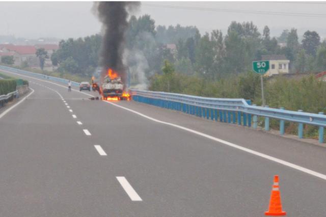 湖北一货车发生自燃事故 高警成功处置