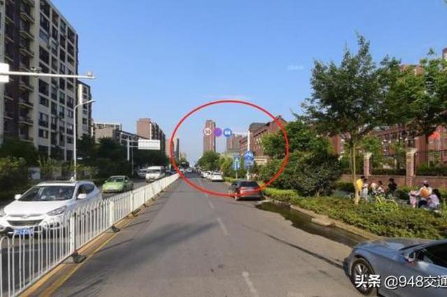 武汉光谷十五小门口停车屡被拍 家长盼人性化操作
