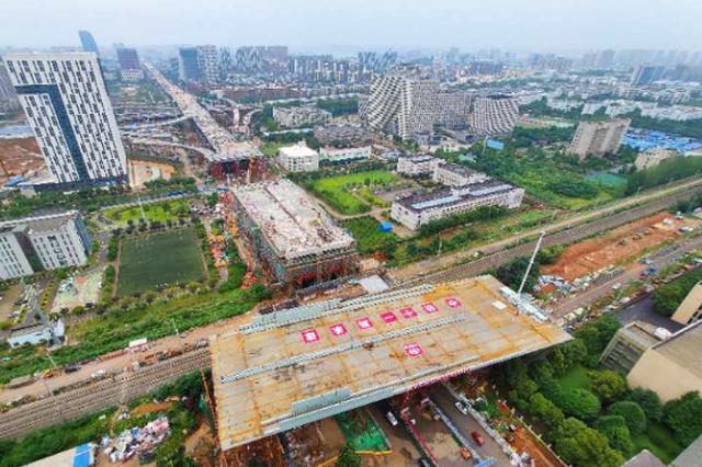 武汉光谷大道高架工程成功转体 桥预计8月建成通车