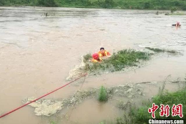 宜昌两市民钓鱼被困河中心 消防牵绳淌水救人
