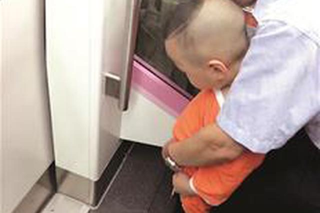 地鐵上老人讓小孩隨地尿尿 面對指責未致歉回懟乘客
