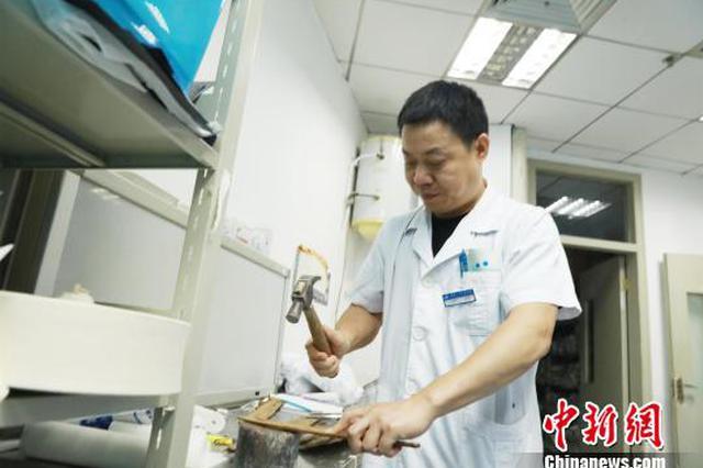 老人骨折不能耐受手术 医生巧用杉树皮制作夹板
