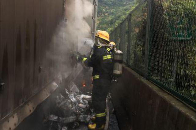 湖北一运载30吨氯化钠货车自燃 现场一片狼藉