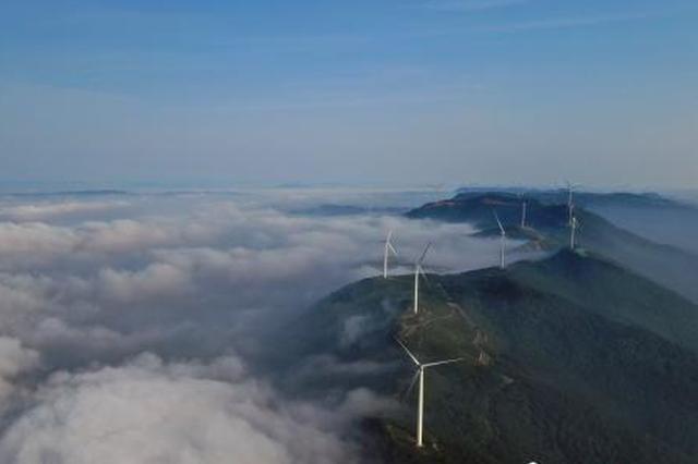 湖北圣境山现云海美景 雾气似水从山中溢出
