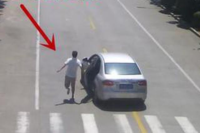 宜昌残疾的哥飞身截停失控车辆 车上4人中有2个小孩