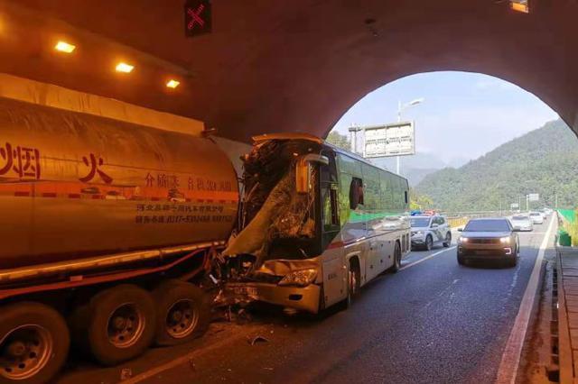 客车追尾满载30吨苯槽罐车 消防成功救出被困乘客