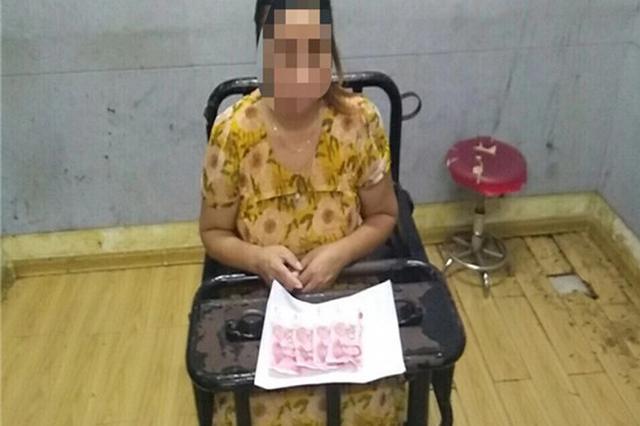 中年女子手持百元假大钞买菜 被发现后竟现场吞钱