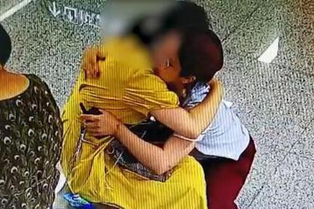 武汉一女乘客地铁站痛哭 工作人员送50秒拥抱