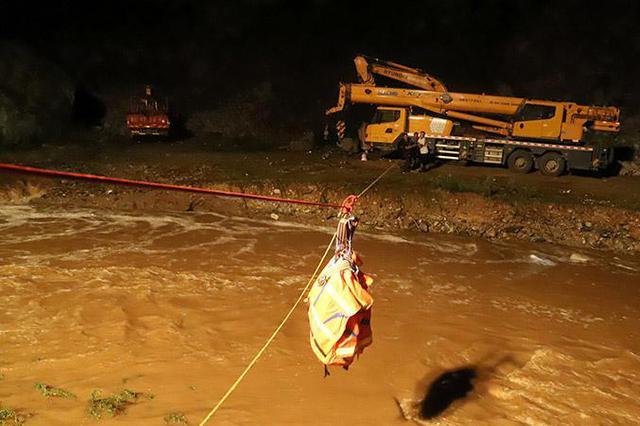 十堰突发山洪3名采砂工人被困 消防紧急救援