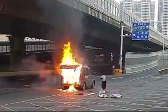 武汉一车辆自燃 妻子先抢救货物致丈夫被困车内烧伤