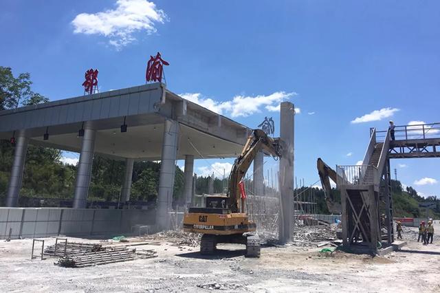 湖北首个省界高速收费站正线主体结构顺利拆除