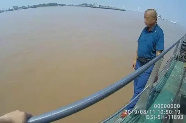荆州一男子欲跳江轻生 民警趁其不备一把拽住成功救下