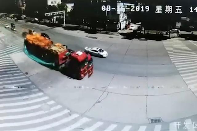 十堰一货车送货途中车起火 司机直接开到消防队求助