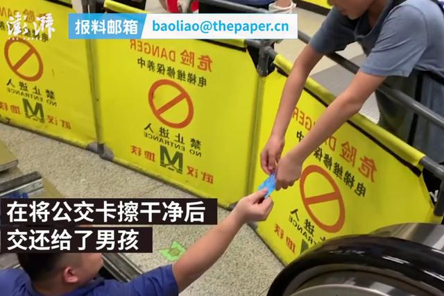 武汉男孩公交卡掉电梯缝隙 工作人员现场拆电梯取卡