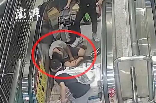 武汉一男子深夜乘扶梯摔破头 民警跪地救援送医获好评