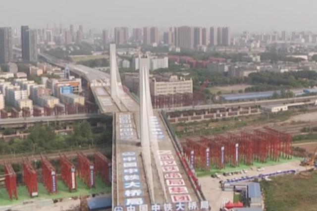 武汉一座3.6万吨桥梁顺利转体 跨越11条铁路线